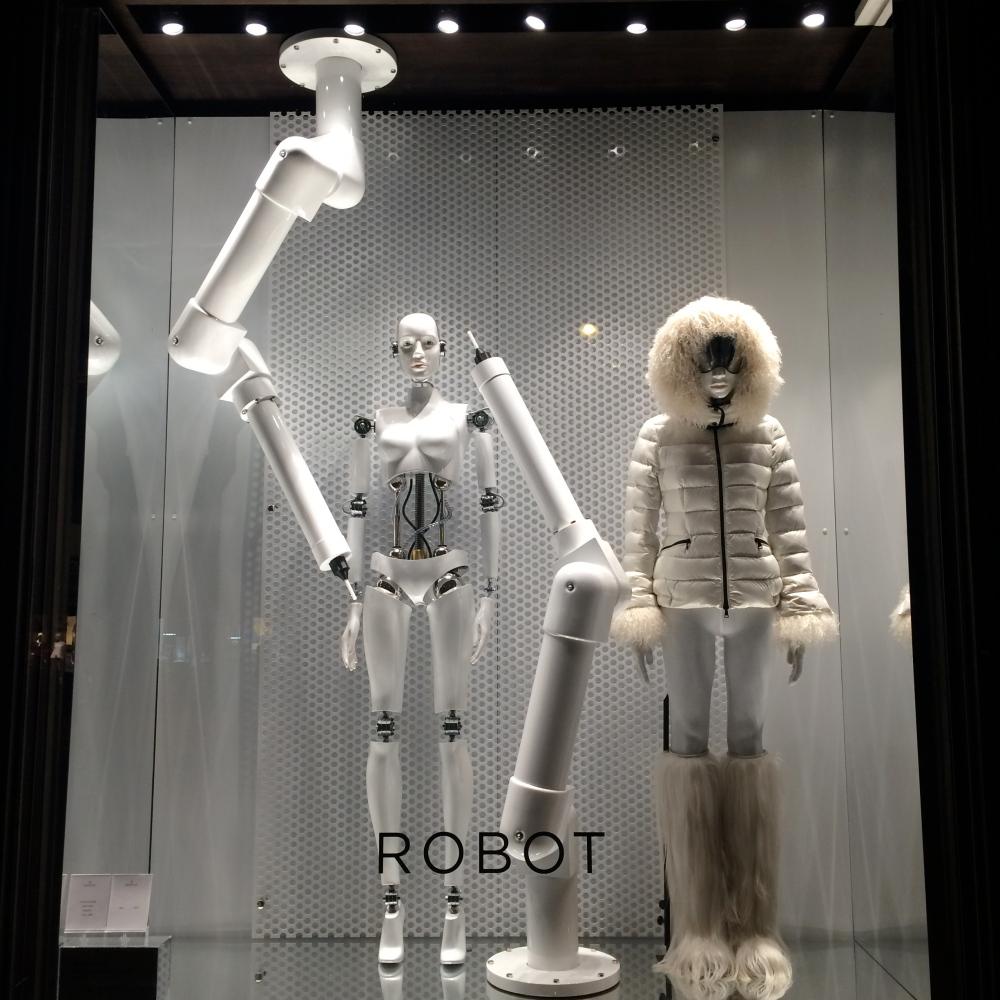 Vitrine Robot Moncler à Saint-Germain-des-Près